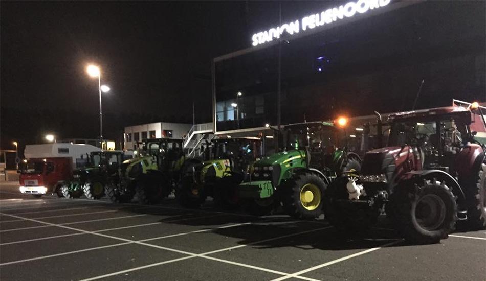 Lol! Op de tractor naar de Kuip · Goals and Glamour · De sportsite ...: www.goalsandglamour.nl/23702-lol-op-de-tractor-naar-de-kuip