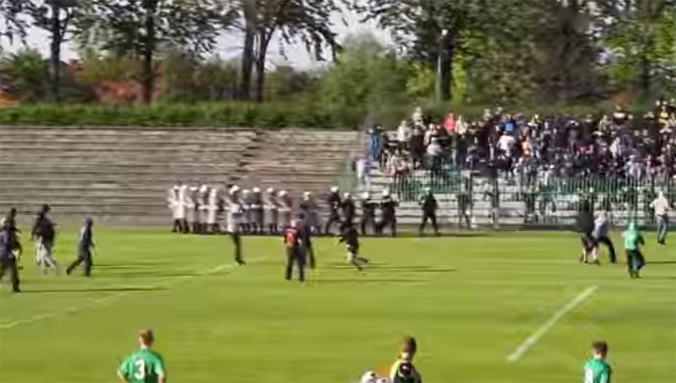 Politie schiet tijdens wedstrijd fan dood