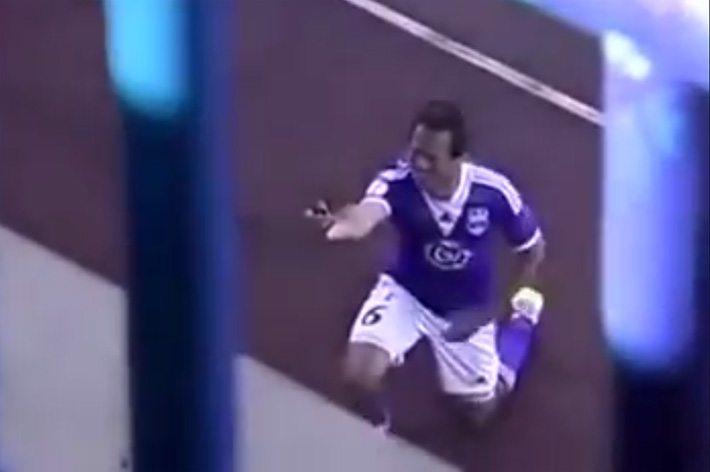 Voetballer doet aanzoek na goal