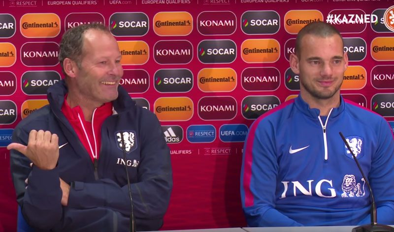 Sneijder krijgt bizarre vraag op persconferentie
