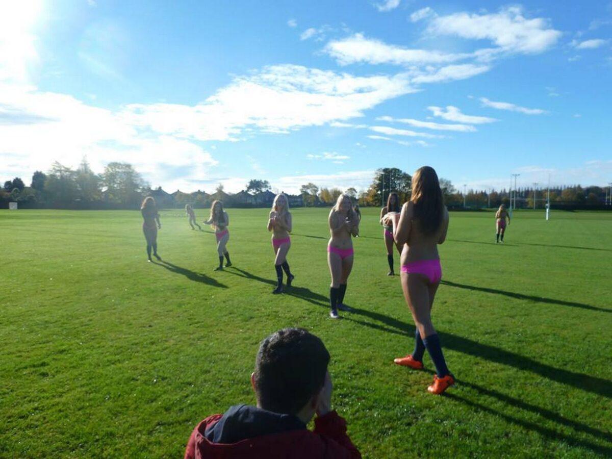 Vrouwelijk rugbyteam uit de kleren