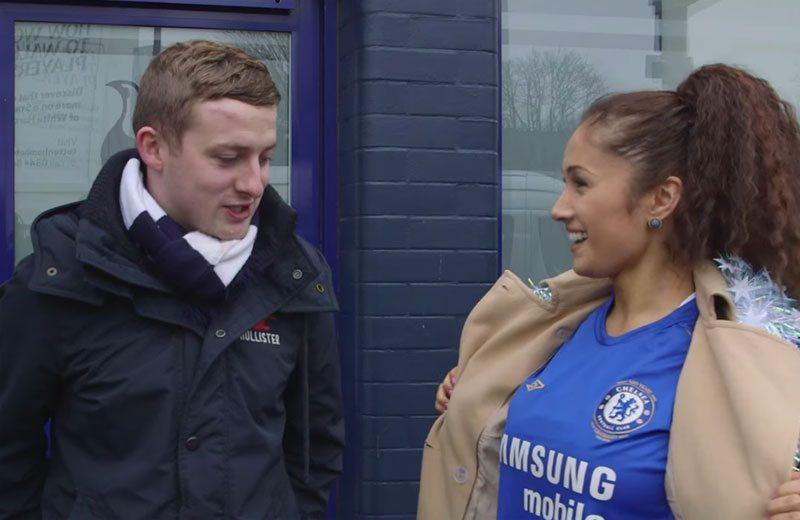 Zoenen Spurs-fans deze chick met Chelsea-shirt?