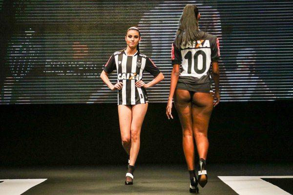 braziliaanse-club-laat-schaarsgeklede-modellen-shirt-presenteren-3
