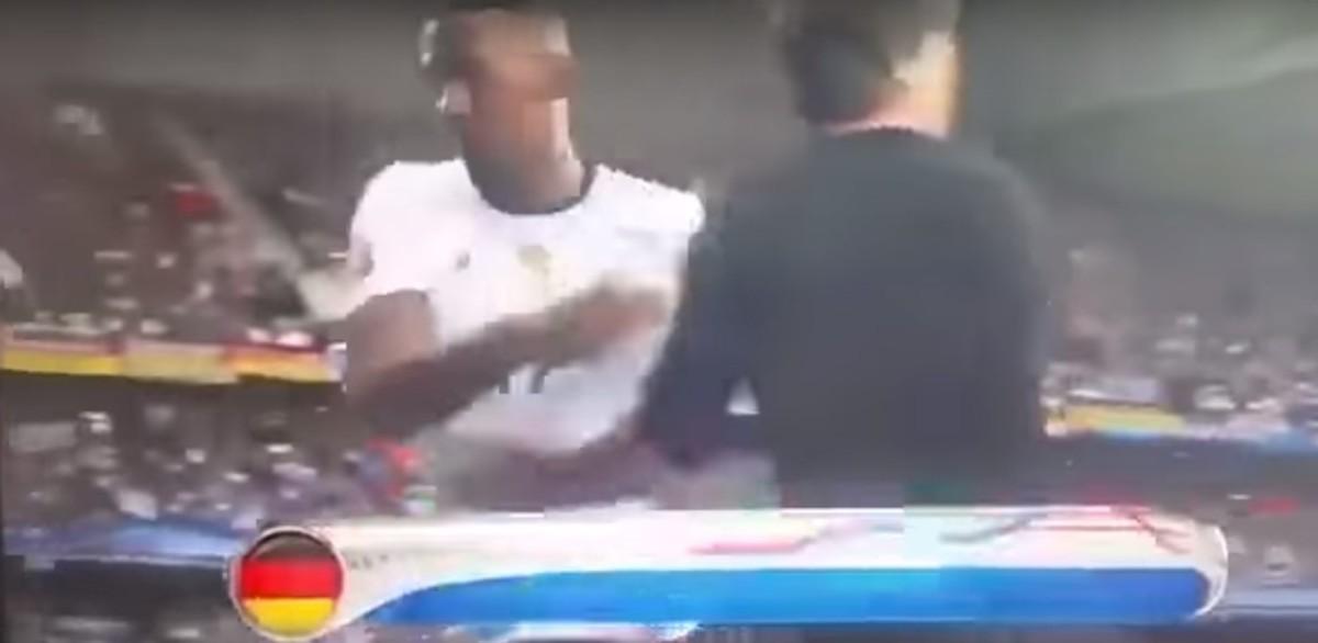 Boateng ontwijkt 'vieze hand' van Joachim Löw
