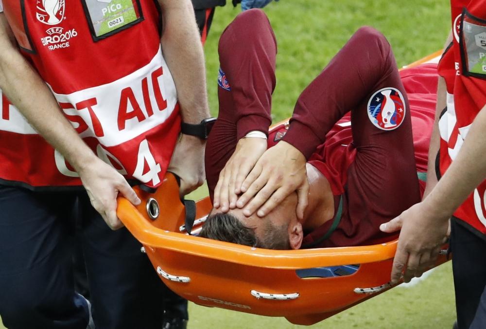 Huilende Ronaldo met brancard van het veld