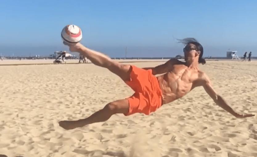 Zlatan showt halve omhaal op het strand