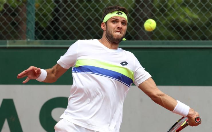 Jonge fan schandalig behandeld door oude vent, wordt gered door tennisser