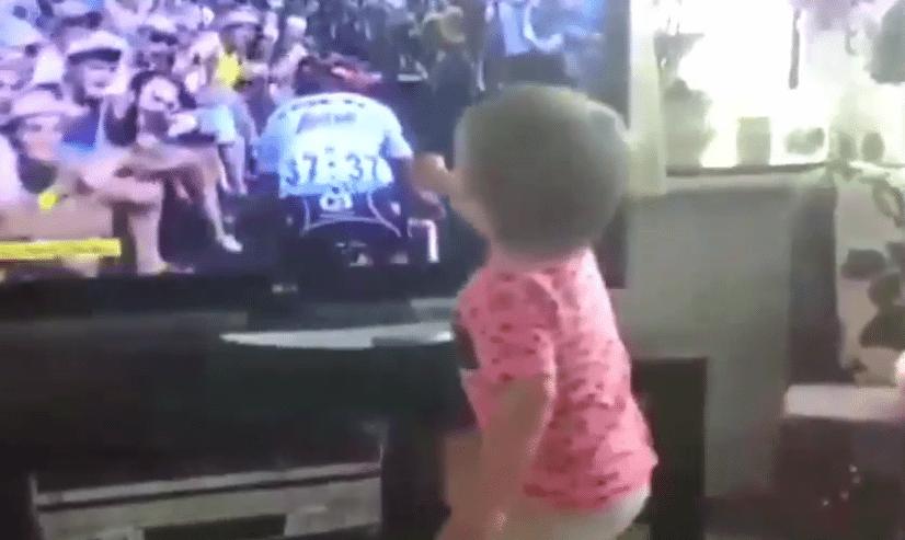 Super schattig, zoontje moedigt papa Mollema aan