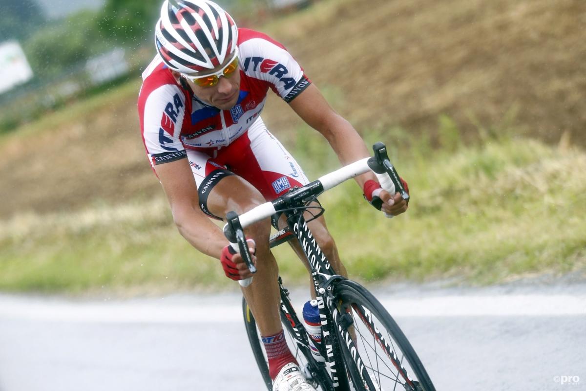 Wieler-'fan' duwt wielrenner van fiets