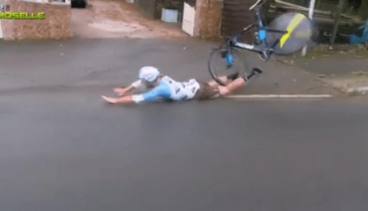'Gruwelijke buikschuiver van vallende wielrenner'