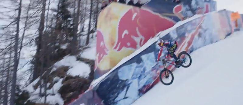 Oostenrijkse mountainbiker stort zichzelf van skipiste
