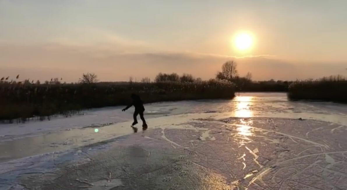 Schattig! Zoontje Doutzen schaatst voor het eerst, Sven Kramer plaagt