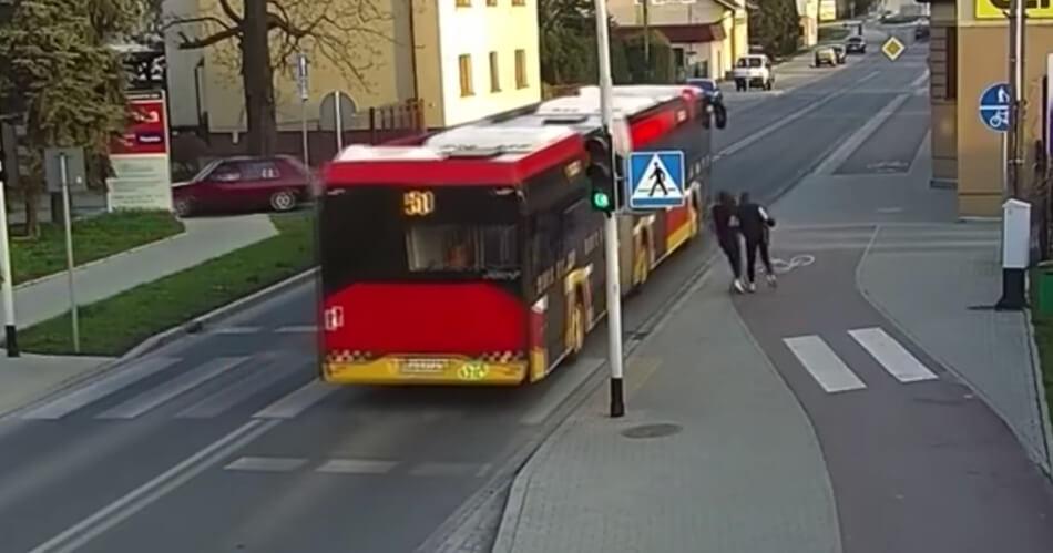 Wut? Meisje duwt vriendin onder bus, beveiligingscamera legt alles vast