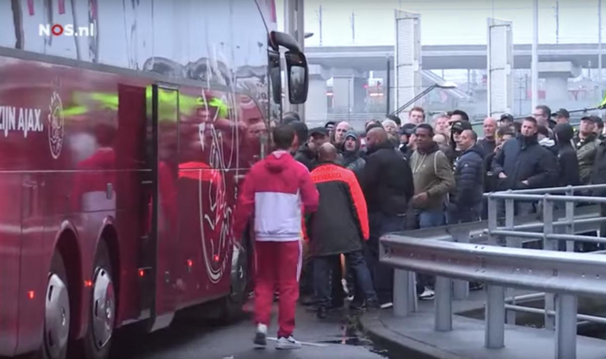Schandalig: Ziyech krijgt klappen van Ajax-fan