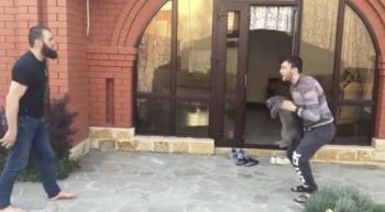 MMA-vechters gooien doodsbange kat naar elkaar