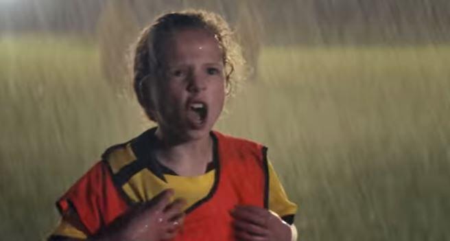 Kleine Lieke Martens in nieuwe Pindakaas-reclame