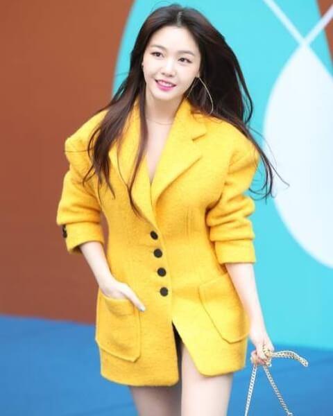 Bang Min-ah in een geel jurkje