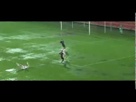 Bizarre voetbalwedstrijd in moeras