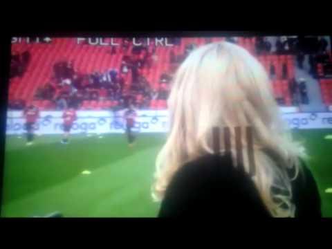 Duitse presentatrice krijgt opnieuw bal tegen hoofd