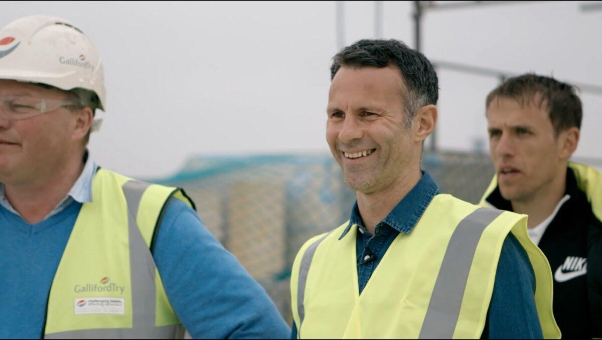 Ex-United-spelers krijgen voetballes van bouwvakkers
