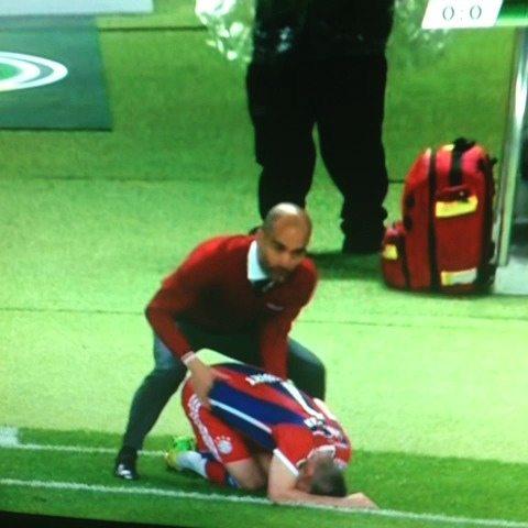 Guardiola geeft Ribèry een heel bijzondere massage
