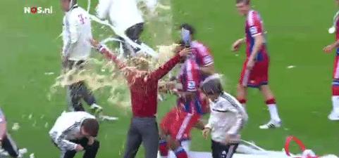Video: Guardiola krijgt beloofde bierdouche