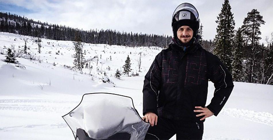 Zlatan hangt waaghals uit in de sneeuw